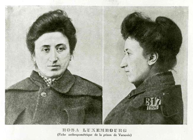 Rosa Luxemburg en 1906, en la prisión de Varsovia.