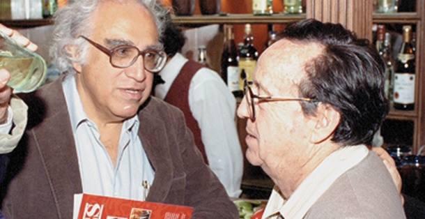 Carlos Monsiváis felicita a Chespirito por su libro de poemas.