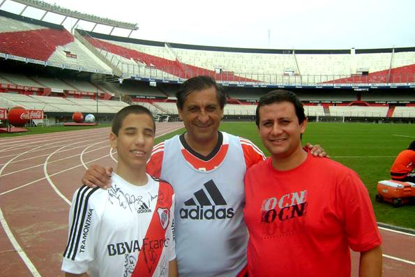 El joven nadador con el DT del River, Ramón Díaz, al centro, y su entrenador, Sebastián Nieto, a la derecha.