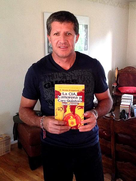 J. Jesús Esquivel y su libro.