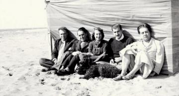 A la derecha, Jorge Luis Borges. A la izquierda Adolfo Bioy Casares. A su lado Josefina Dorado y luego Silvina Ocampo. Balneario de Punta Mogotes.