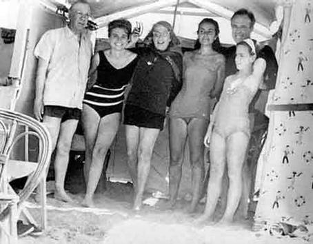 Borges, María Esther Vázquez, Silvina Ocampo, Cecilia Boldarín, Adolfo Bioy Casares y Marta Bioy en Mar del Plata, el 21 de febrero de 1964.