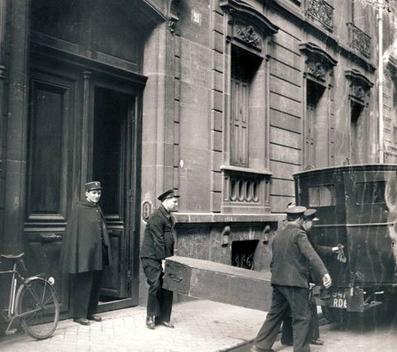 La policía francesa saca cadáveres de la casa de Petiot.