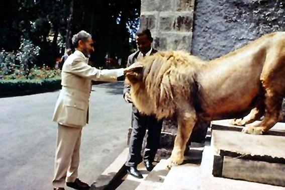 Su majestad Haile Selassie con una de sus mascotas.