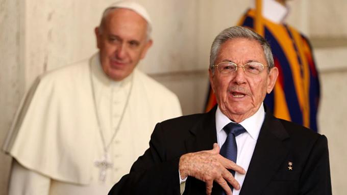 Raúl Castro, al frente; detrás, el papa Francisco. Fotografía © Noticias Univisión.