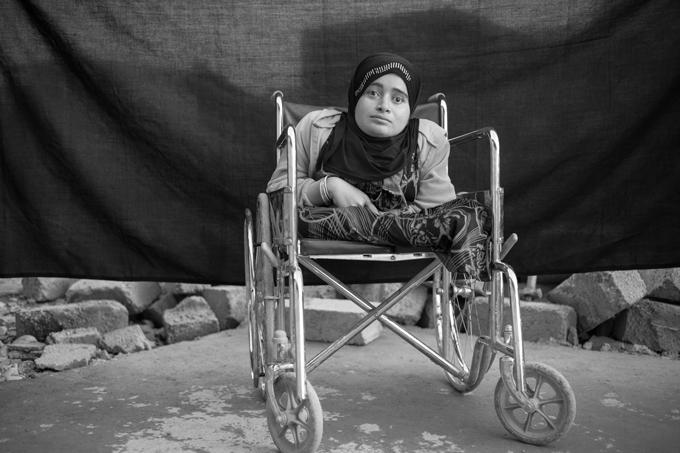 Alia, 24 años, en el campo de refugiados de Domiz en Kurdistán, Iraq (15 de noviembre de 2012). Alia huyó de Daraa, Siria, debido a los combates cuatro meses antes de que se tomara esta fotografía. «Al principio del conflicto mi familia decidió quedarse porque pensábamos que terminaría pronto. Tenía miedo de que huyeran y me dejaran sola», confinada en su silla de ruedas y ciega. Alia dice que lo único importante que se llevó consigo es su alma, «nada más, nada material». Cuando se le preguntó sobre su silla de ruedas se sorprendió, ella la considera como una extensión de su cuerpo, no un objeto. Foto © Brian Sokol.