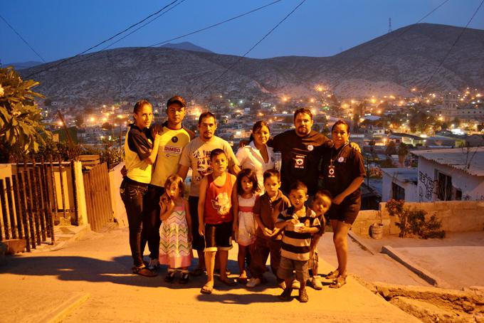 Una familia del peligrosísimo barrio del Cerro de la Cruz. Foto © Jesús Flores.