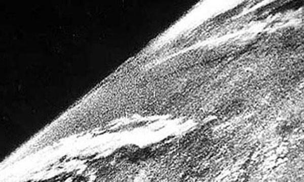 La primera fotografía de la Tierra tomada desde el espacio, en 1946.
