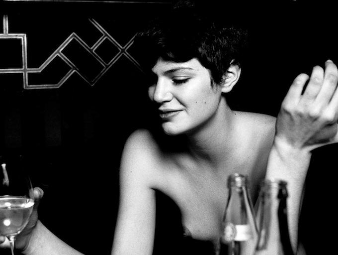 Mujer en el bar del hotel Costes, París.