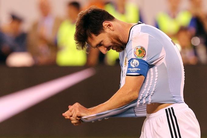 Messi se lamenta luego de fallar un penalti en la serie contra Chile en la final de la Copa América Centenario en el estadio MetLife de East Rutherford, Nueva Jersey. EFE.