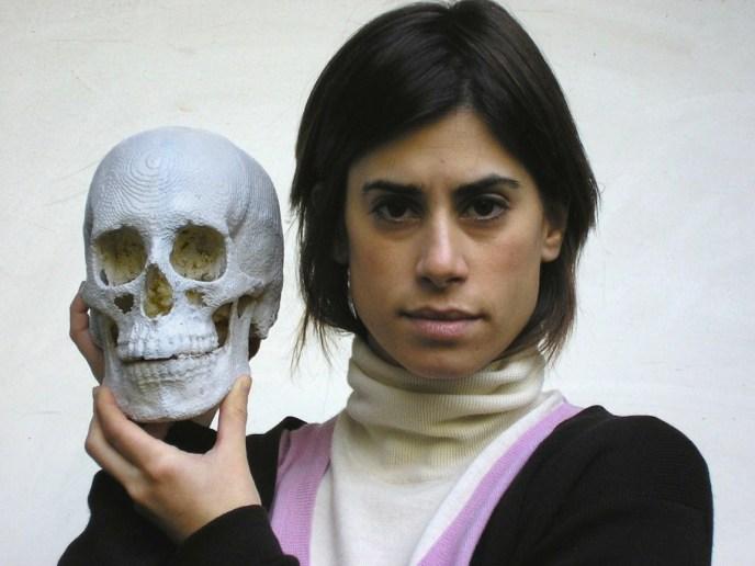 """La """"artista"""" Jill Magid con un cráneo impreso en 3D."""