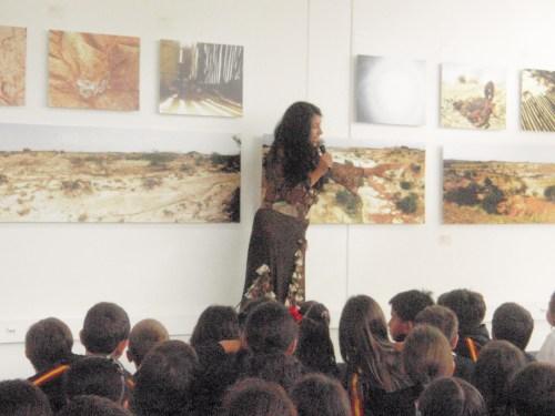 Un momento de la inauguración, con las explicaciones de Yaneth Muñoz