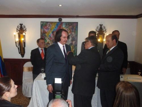 Daniel de Campos recibe la medalla que lo acredita como Personaje Cultural del año 2012 en Colombia
