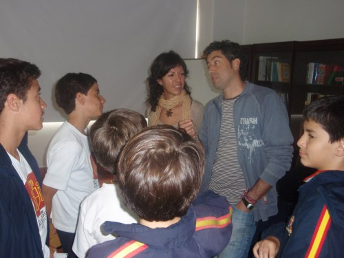 Mayte Carrilero y Javier Lafuente charlando con alumnos de 1º de ESO