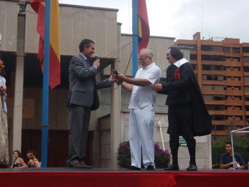 El Profesor Jorge Mendoza Guzmán recibe del Rector un reconocimiento a sus importante labor en el Carnaval del Reyes