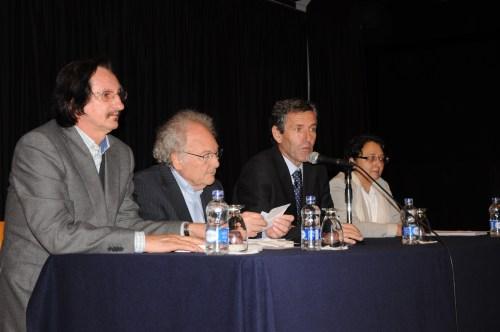 De izquierda a derecha, el Vicerrector, Daniel de Campos, el ponente,  Eduardo Punset, el Rector, Miguel Ángel Villalobos y, la Jefa del Departamento de Biología, Silvia Gómez