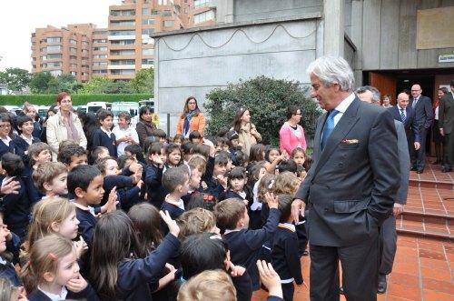 El Embajador en toda la visita dedicó tiempo y cariño a los niños y a las niñas del CCEE Reyes Católicos (Fotografía Juan Francisco Zuleta Orjuela)