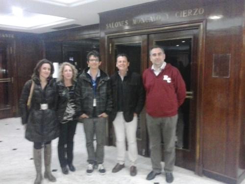 Juan Pablo mantilla, con su profesor de Biología Luis Fernández y sus antiguos profesores José Angel Otal, Silvia Buesa y Ángeles Giménes