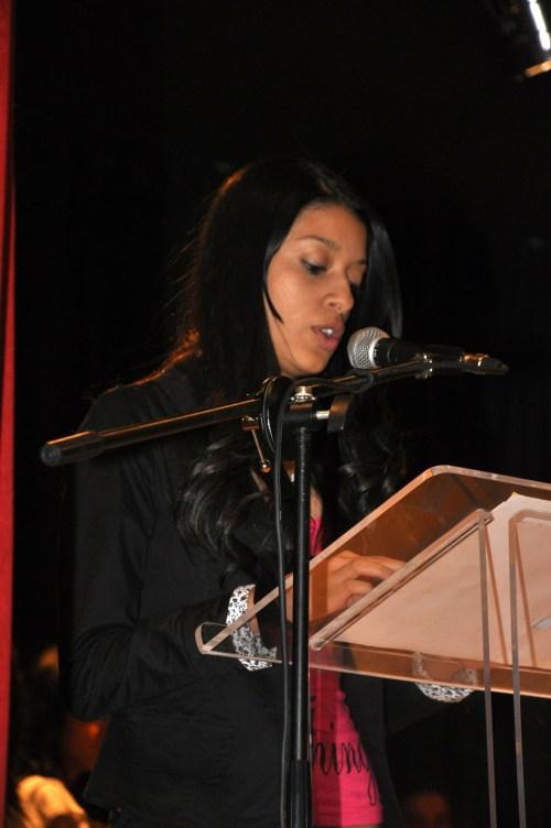 Sara Montoya, de Medellín, una de las premiadas leyendo su texto