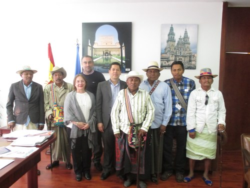 Autoridades tradicionales en su visita al CCEE Reyes Católicos