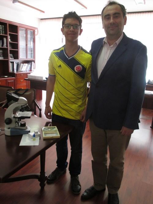Juan Pablo Mantilla Oliveros, junto a su profesor de Biología, recibió su microscopio