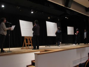 Profesoras y alumnado en el desarrollo del concurso de ortografía.