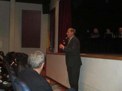 José Luis García Delgado, dirigiéndose al auditorio del centro educativo y cultural español