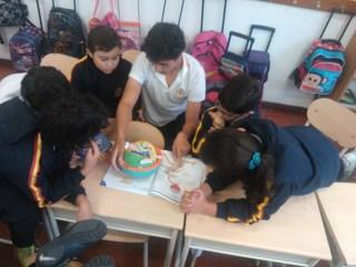 Alumnado en plena explicación. (Fotografía Enrique Segovia)
