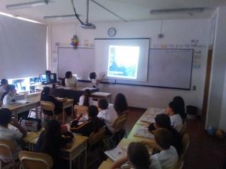 Doña María Constanza con  alumnado de 4º de Educación Primaria en la sesión educativa.