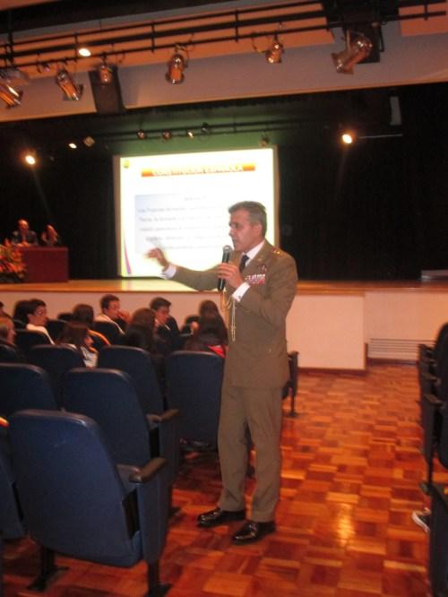 El Coronel José Fuentes en dialogo con el alumnado