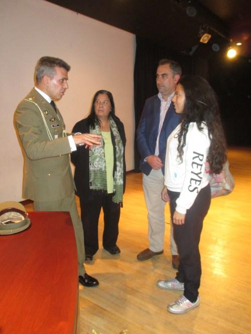 El Agregado de Defensa, José Fuentes, dialoga con alumnado, en presencia del Profesorado del Centro