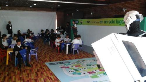 Alumnado realizando talleres en la DIAN