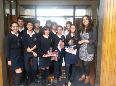 La profesora Claudia Sánchez con el grupo de jóvenes poetas.