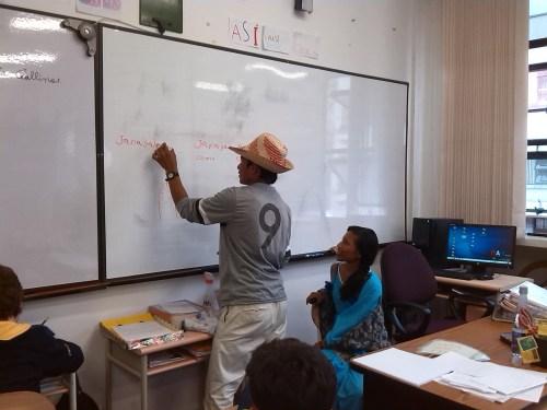 Rafael explicando pormenores sobre el Wayuunaiki.