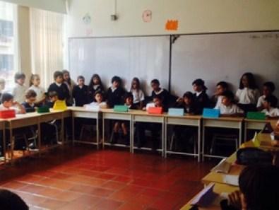 Alumnado en pleno debate en defensa de los más desfavorecidos.