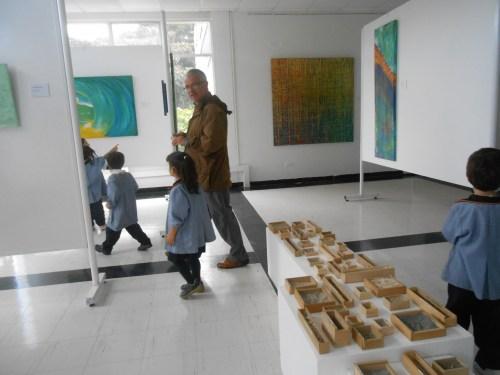 El artista con el pequeño alumnado visitante.