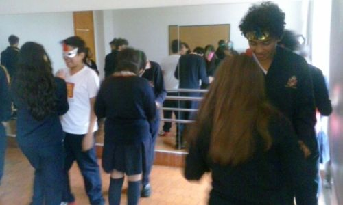 Alumnado ensayando el pasos de baile.