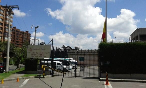 Bandera a media asta en recuerdo de las víctimas en el acceso principal a nuestro Centro educativo.