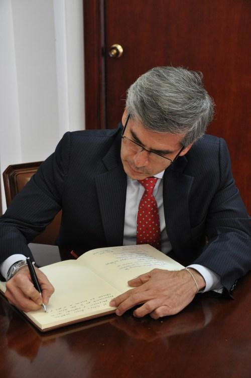 El Señor Ministro de Justicia y del Derecho, de la República de Colombia, Don Yesid Reyes  firmando en el Libro de Honor del CCEE Reyes Católicos.