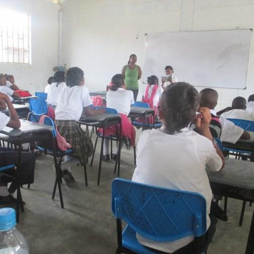 Salón de un Centro educativo del Chocó en plena calse.