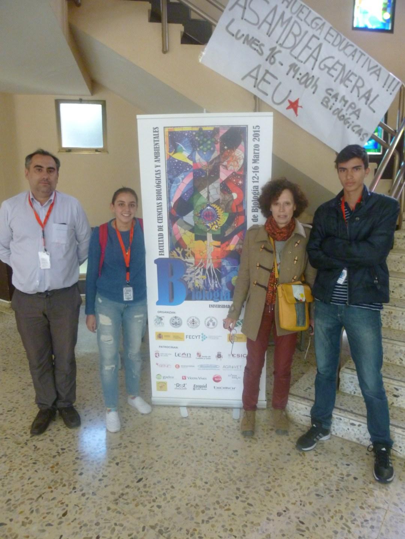María Angélica Casas con su profesor de Biologìa, Luis Fernández y David Felipe Pinto con la Profesora delegada de Centros españoles en el exterior, Dulce Fuente