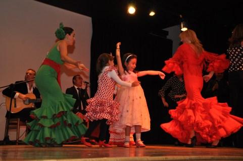 El grupo de baile Al-Andalus bailando sevillanas acompañado de jóvenes promesas.