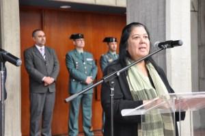 La profesora Mabel Mendoza en el atril leyendo enpresencia del Rector Luis Fernández y los representantes de la Guardia Civil desplazados a la ceremonia.