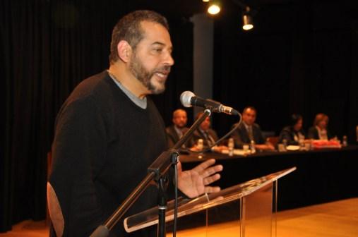 El escritor Mario Mendoza en pleno discurso.
