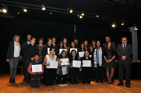 Foto de familia de los premiados de todas las categorías y modalidades con los componentes de la mesa del jurado.