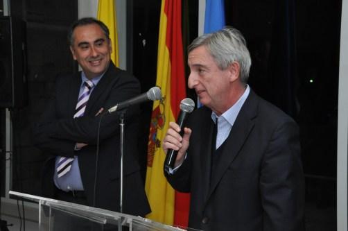El  Cónsul General de España en Bogotá, Rafael Dezcallar observado por el Rector Don Luis Fernández López.