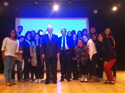 Don Hugo Palacios con el grupo de 1º de Bachillerato y el profesor responsable Don Jaime Prieto Prieto.