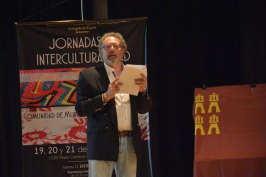 El profesor Pedro José Mateos leyendo el discurso inaugural.