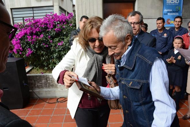 Vicky Liebe, Presidenta de la Asociación de padres y madres, con Gratiniano, al entregarle una placa de agradecimiento