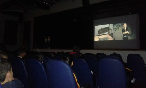 Proyección de un vídeo sobre la historia del arte moderno en Colombia y sus autores más representativos.